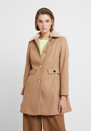 COLLAR DOLLY - Krátký kabát - camel