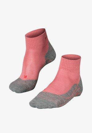 TK5 SHORT - Sports socks - mixed berry