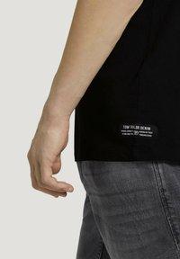 TOM TAILOR DENIM - MIT FOTOPRINT - Print T-shirt - black - 3