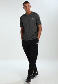 The North Face - MEN'S REAXION AMP CREW - Basic T-shirt - dark grey heather - 1