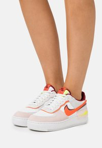 Nike Sportswear - AIR FORCE 1 SHADOW - Matalavartiset tennarit - team red/orange/orange pearl/volt - 0