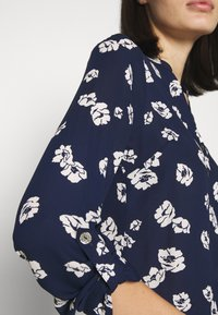 Dorothy Perkins - FLORAL DOUBLE BUTTON COLLARLESS ROLL SLEEVE - Bluser - navy - 6