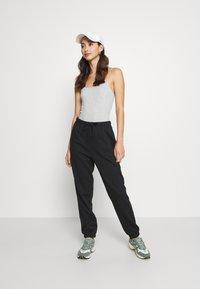 Pieces - PCCHILLI PANTS - Pantalones deportivos - black - 1