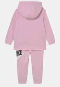 Nike Sportswear - HODIE SET UNISEX  - Verryttelypuku - pink foam - 1
