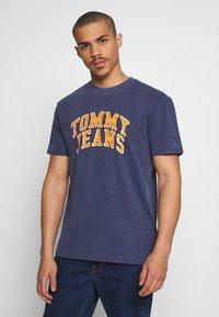 Tommy Jeans - NOVEL VARSITY LOGO TEE - Print T-shirt - twilight navy - 0