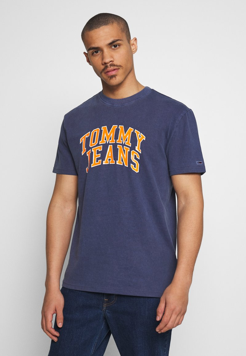 Tommy Jeans - NOVEL VARSITY LOGO TEE - Print T-shirt - twilight navy
