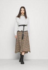 Vero Moda - VMJORDIN DRESS - Košilové šaty - ivy green - 1