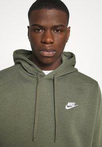 Nike Sportswear - CLUB HOODIE - Luvtröja - twilight marsh/white - 4