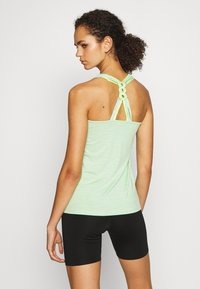 ONLY PLAY Tall - ONPMAREAM CROCHE TRAINING  - Print T-shirt - green ash/melange/saftey yellow - 2