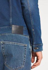 Tommy Jeans - REGULAR TRUCKER JACKET - Spijkerjas - wilson mid blue stretch - 5