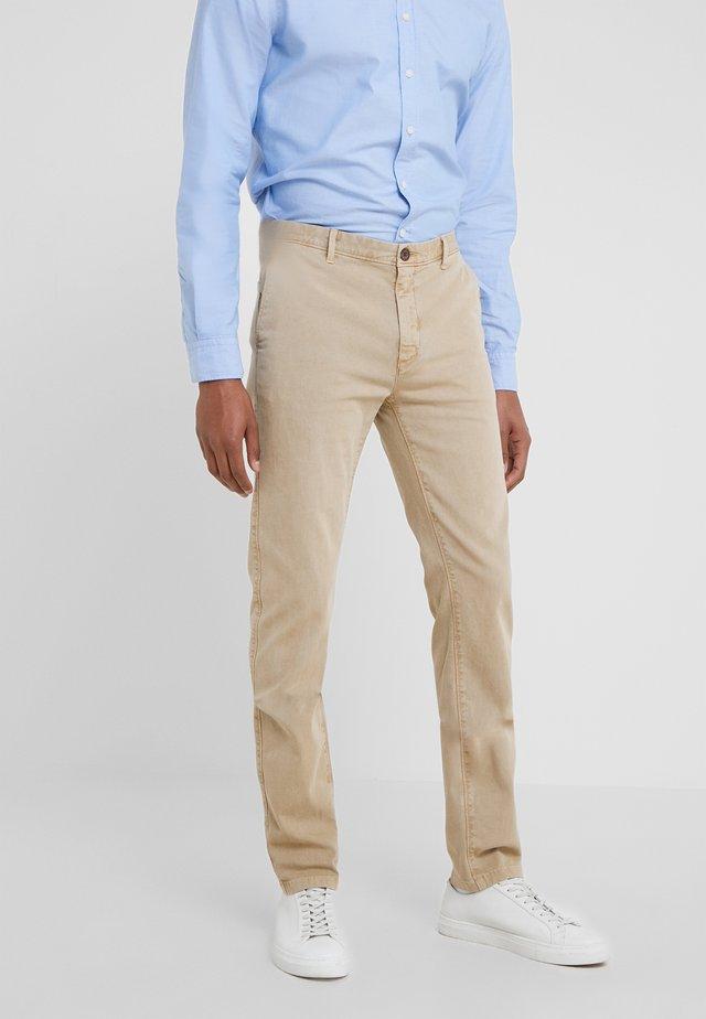 GMT DYE - Pantalones chinos - beige