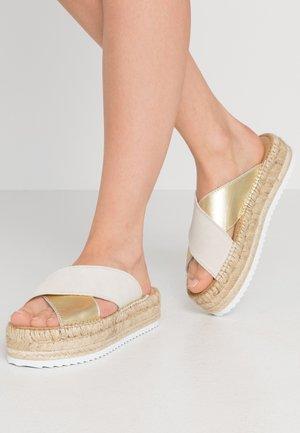 CROISETTE BI-COLOR - Pantofle - beige
