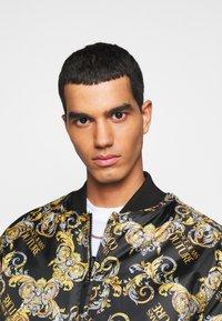 Versace Jeans Couture - RISTOP PRINTED LOGO BAROQUE - Chaquetas bomber - nero - 3