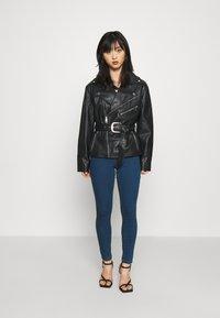 Vero Moda Petite - VMJUDY - Jeans Skinny Fit - medium blue denim - 1