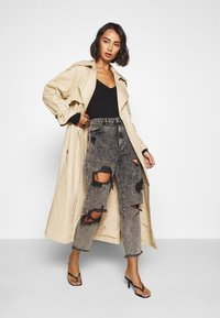 Missguided Petite - RIOT HIGH RISE RIPPED MOM AUTHENTIC - Jeansy Relaxed Fit - grey - 1
