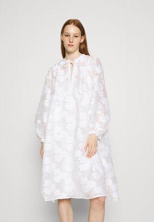 MYNTHE DRESS - Denní šaty - bright white