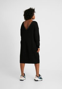Glamorous Curve - OPEN BACK INSERT DRESS - Strikkjoler - black - 2