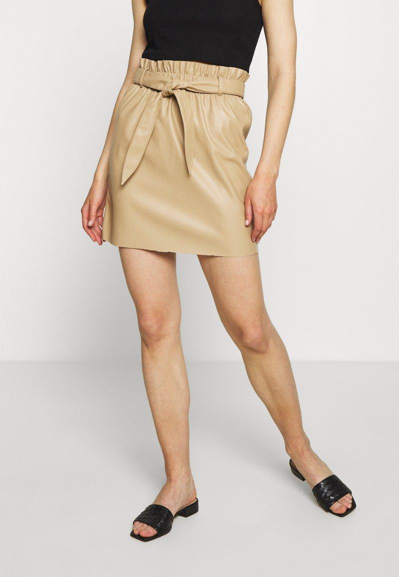 Vero Moda - VMAWARDBELT SHORT COATED SKIRT - Jupe trapèze - beige