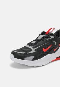 Nike Sportswear - AIR MAX BOLT UNISEX - Sneakers basse - dark smoke grey/bright crimson/university red/light smoke grey - 6