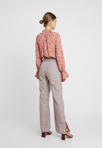 Missguided - PURPOSEFUL FLORAL PLUNGE FRILL SLEEVES BODYSUIT - Blouse - blush - 2