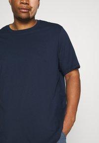 Levi's® Plus - BIG TEE 2 PACK  - Basic T-shirt - white/dress blues - 6