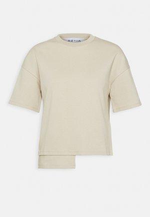 STEPPED HEM FITTED - Print T-shirt - beige
