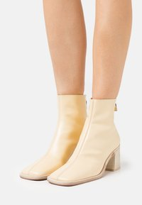 MIISTA - IVY - Classic ankle boots - crema - 0