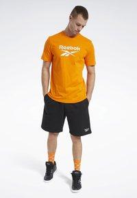 Reebok Classic - CLASSICS VECTOR T-SHIRT - Print T-shirt - orange - 1