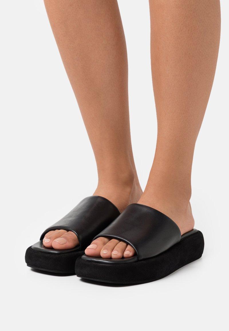 ARKET - MULES - Pantofle na podpatku - black