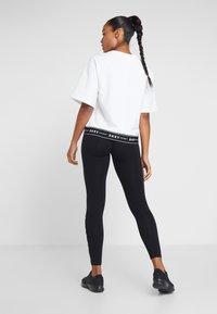 DKNY - HIGH WAIST FULL LENGTH STRIPED LOGO LEGGING - Trikoot - black/white - 2