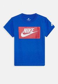Nike Sportswear - FAUX FUTURA PATCH TEE - Triko spotiskem - game royal - 0