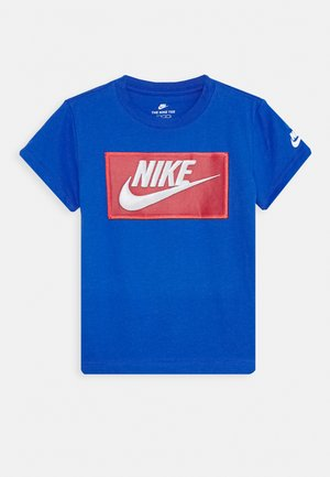 FAUX FUTURA PATCH TEE - T-shirt z nadrukiem - game royal