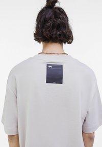Bershka - OVERSIZED - T-shirt med print - light grey - 3