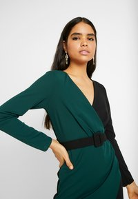 WAL G. - CONTRAST DRESS - Shift dress - black/forest green - 4