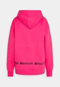 Juicy Couture - QUEENIE - Jersey con capucha - fluro pink - 1