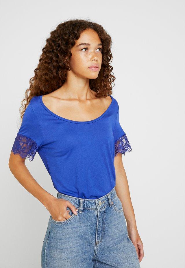 Print T-shirt - clematis blue
