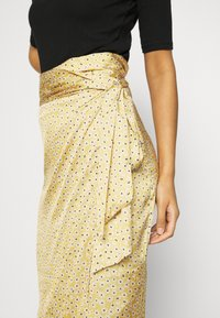 Never Fully Dressed - JASPRE DITSY PRINT SKIRT - Jupe portefeuille - gold - 4