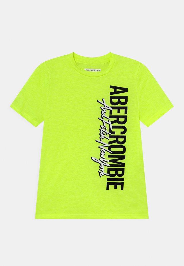 VERTICAL PRINT LOGO  - T-shirt con stampa - yellow
