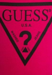 Guess - JUNIOR CORE - T-shirt z nadrukiem - candy pink - 2