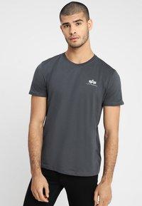 Alpha Industries - Print T-shirt - grey - 0