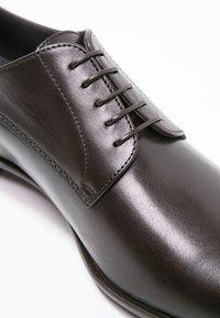 BOSS - CARMONS - Elegantní šněrovací boty - dark brown - 5
