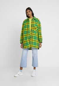 Mads Nørgaard - CHECKY CABBY - Classic coat - green/yellow - 1