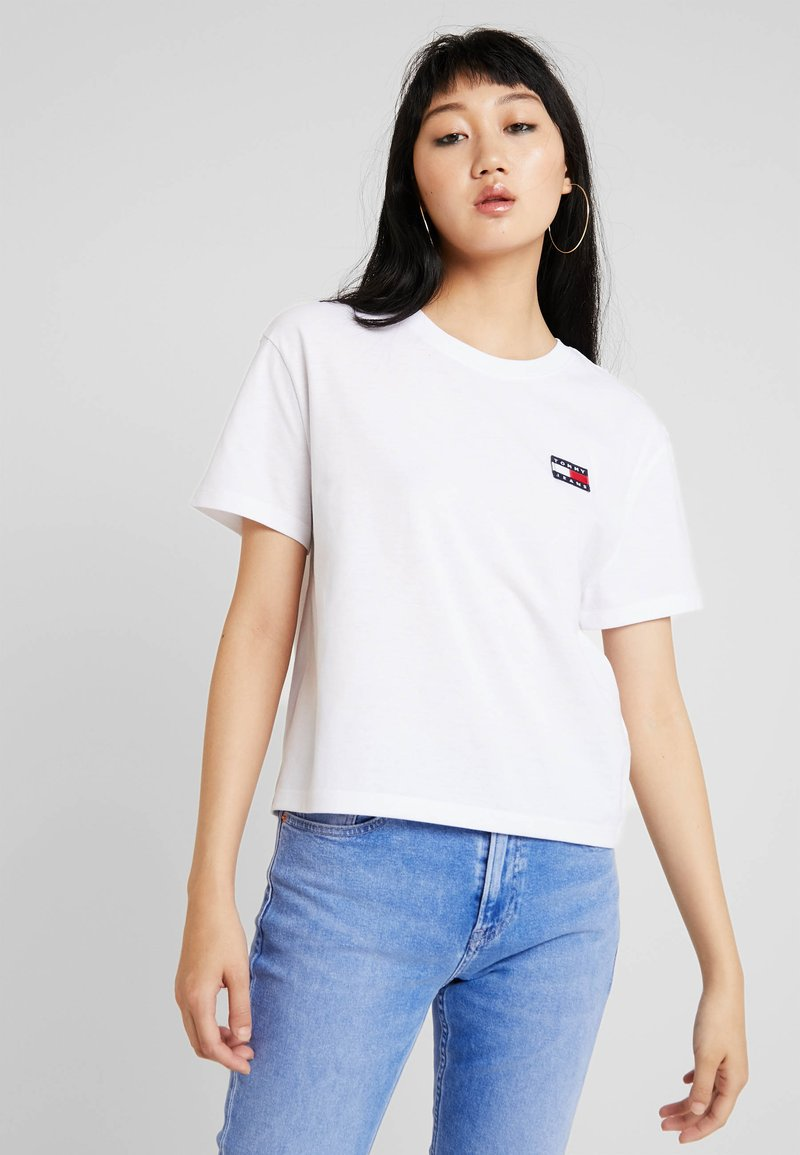 Tommy Jeans - BADGE TEE - T-shirt - bas - classic white
