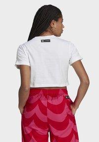 adidas Originals - T-shirt print - white/vivid red/team real magenta - 1