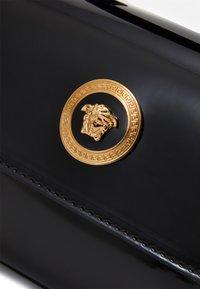 Versace - BORSA TOTE MEDUSA RASO  - Across body bag - nero/oro versace - 3