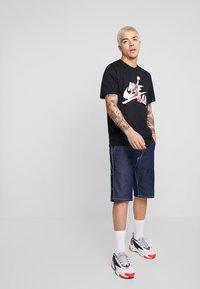 Jordan - CLASSICS  CREW - Print T-shirt - black/gym red - 1