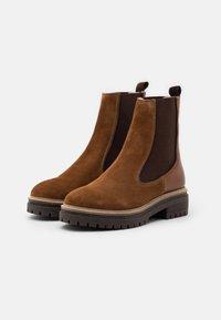 Copenhagen Shoes - FALL  - Stivaletti con plateau - cognac - 2