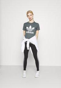 adidas Originals - TREFOIL TEE - T-shirt imprimé - blue oxide - 1