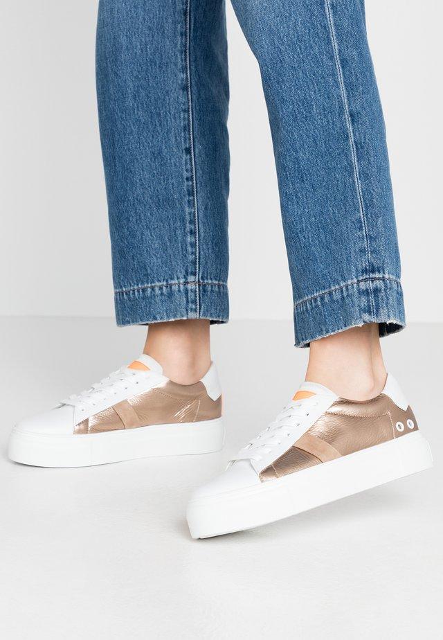BIG - Sneakers - bianco/gold/neon orange