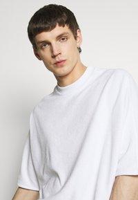 Hummel Hive - PEER LOOSE - Print T-shirt - white - 3